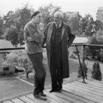"""Filmstaden Råsunda. Ingmar Bergman i samtal med Victor Sjöström, vid filminspelningen av """"Smultronstället"""". V. Sjöström, 78 år, gör huvudrollen i I. Bergmans nya film."""