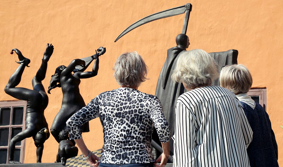 Harriet Andersson, Gunnel Lindblom och Inga Landgré framför Teatervagnen i Filmstaden. Foto: Antonia Sehlstedt.